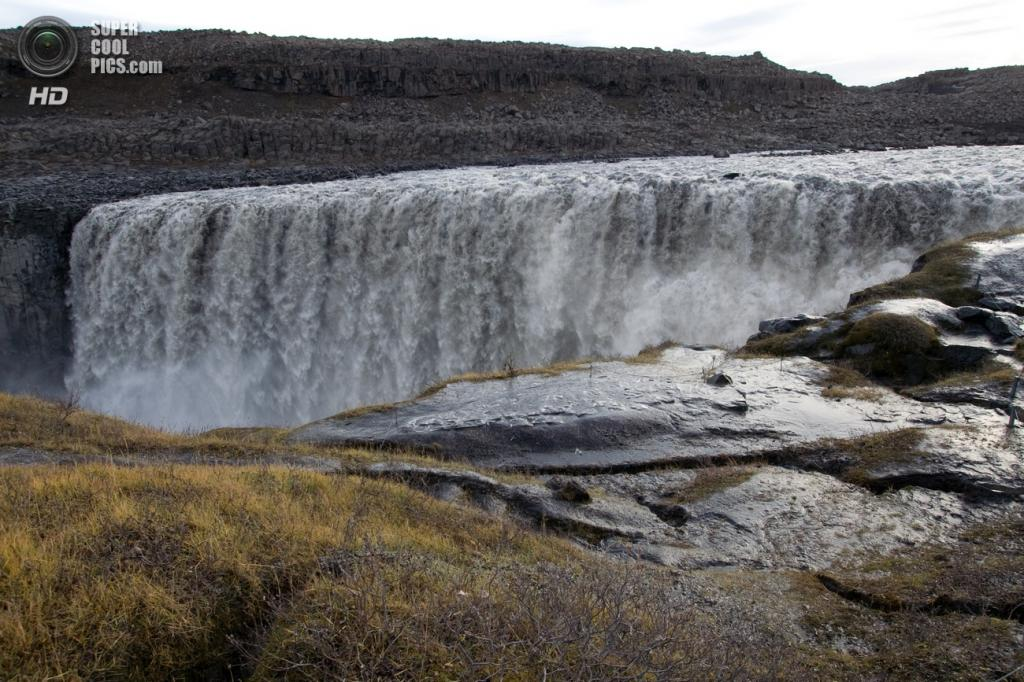 Исландия. Водопад Деттифосс в национальном парке Йёкульсаурглювуре. (Ludovic Hirlimann)