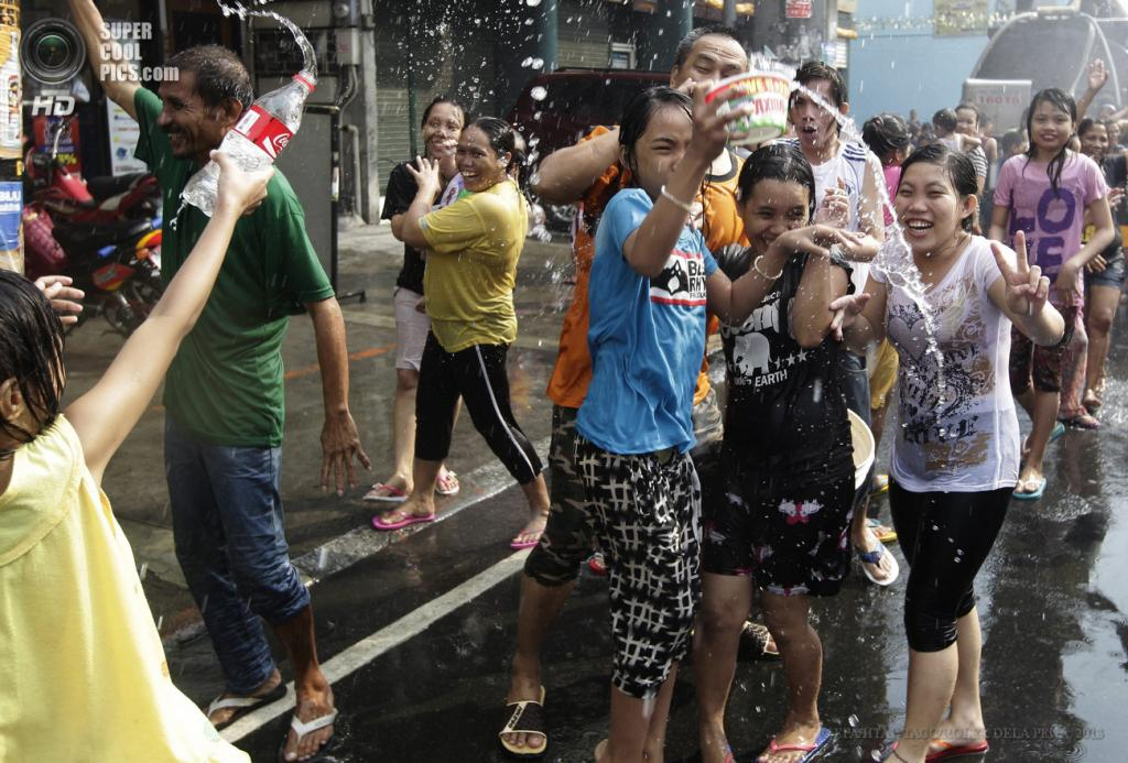 Филиппины. Сан-Хуан, Манила. 24 июня. Массовое обливание водой во время празднования Дня Иоанна Крестителя, покровителя города. (EPA/ИТАР-ТАСС/ROLEX DELA PENA)