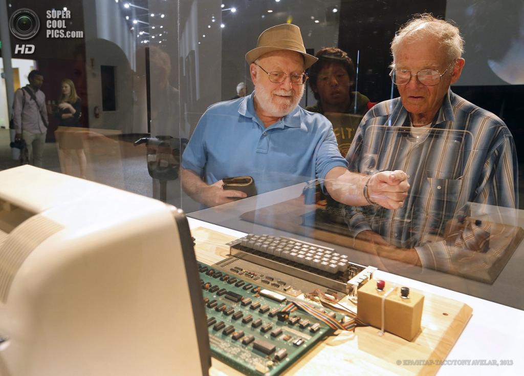 США. Маунтин-Вью, Калифорния. 24 июня. Тэд Перри рассказывает посетителям музея об Apple-1. (EPA/ИТАР-ТАСС/TONY AVELAR)