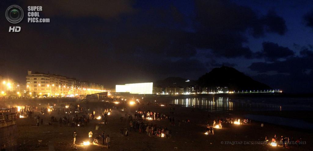Испания. Сан-Себастьян, Страна Басков. 23 июня. Празднование Костров святого Иоанна Крестителя на пляже Ла-Суриола. (EPA/ИТАР-ТАСС/JAVIER ETXEZARRETA)