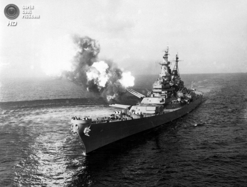 Корея. Чхонджин. 21 октября 1950 года. Линкор USS Missouri палит из артиллерии по коммуникациям противника. (U.S. Army Korea)