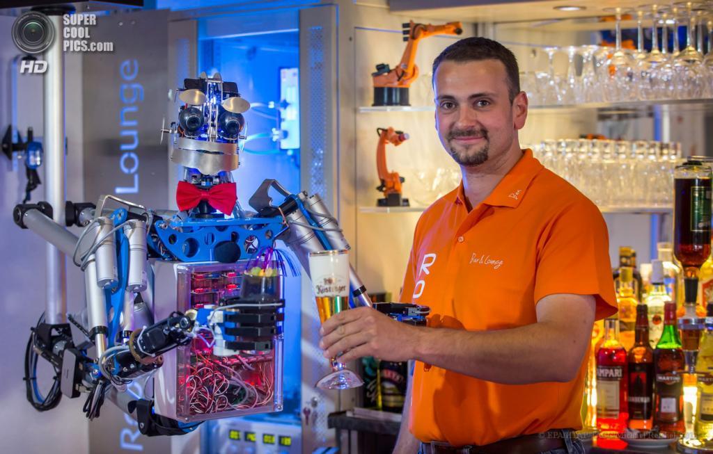 Германия. Ильменау, Тюрингия. 27 июня. Бен Шефер со своим роботом-барменом по имени Карл. (EPA/ИТАР-ТАСС/Michael Reichel)