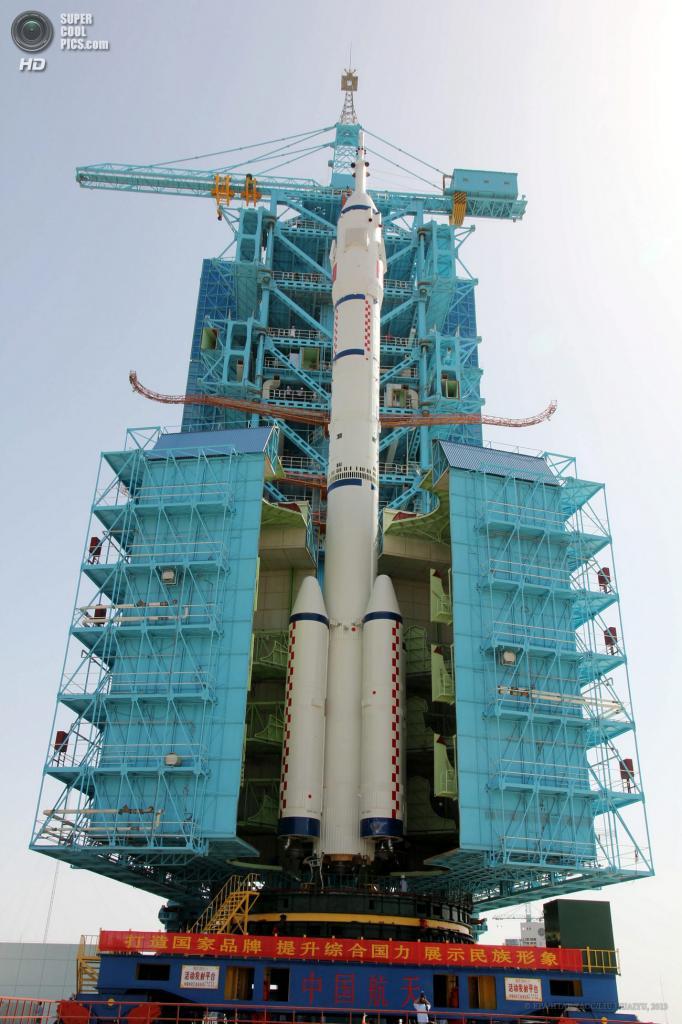 Китай. Цзюцюань, Ганьсу. 3 июня. Ракета-носитель Чанчжэн-2F c космическим кораблем Шэньчжоу-10 на стартовой площадке. (EPA/ИТАР-ТАСС/LIU HUAIYU)