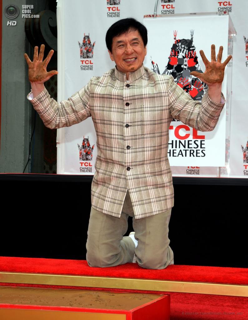 США. Голливуд, Лос-Анджелес, Калифорния. 6 июня. Актёр Джеки Чан демонстрирует грязные руки у Китайского театра Граумана. (EPA/ITAR-TASS/MICHAEL NELSON)
