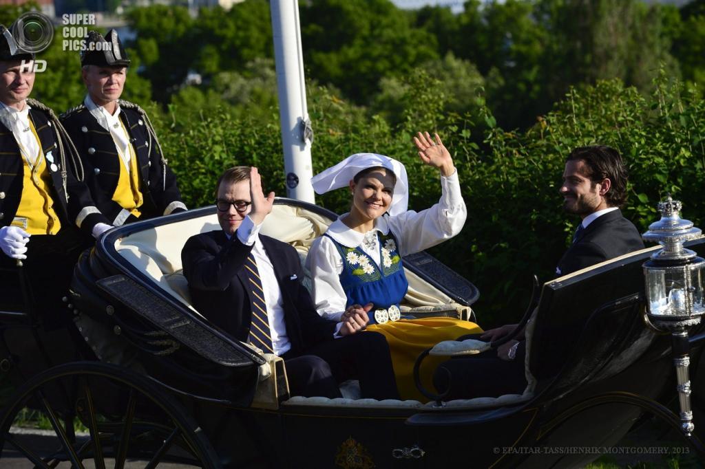 Швеция. Стокгольм. 6 июня. Будущая королева Швеции кронпринцесса Виктория  супругом принцем Даниэлем и принц Карл Филипп приветствуют подданных во время празднования национального дня Швеции в Королевском дворце. (ИТАР-ТАСС/EPA/HENRIK MONTGOMERY)