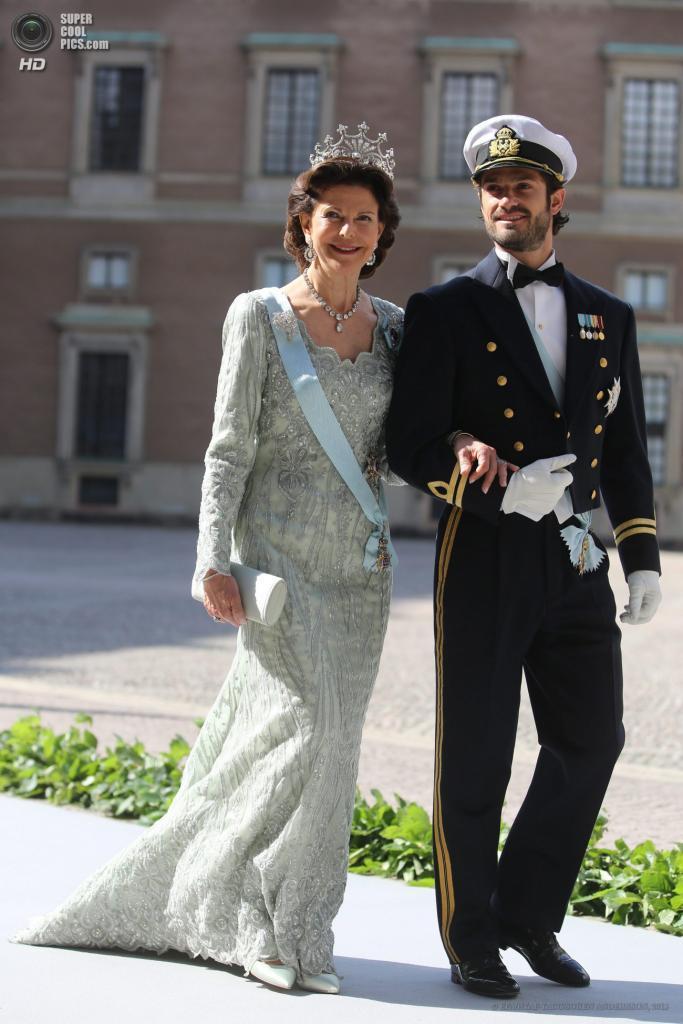 Швеция. Стокгольм. 8 июня. Королева Сильвия со своим сыном принцем Карлом Филиппом. (EPA/ИТАР-ТАСС/SOREN ANDERSSON)