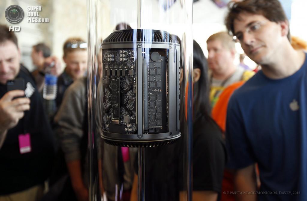 США. Сан-Франциско, Калифорния. 10 июня. Посетители разглядывают новый Mac Pro в форме цилиндра. (EPA/ИТАР-ТАСС/MONICA M. DAVEY)