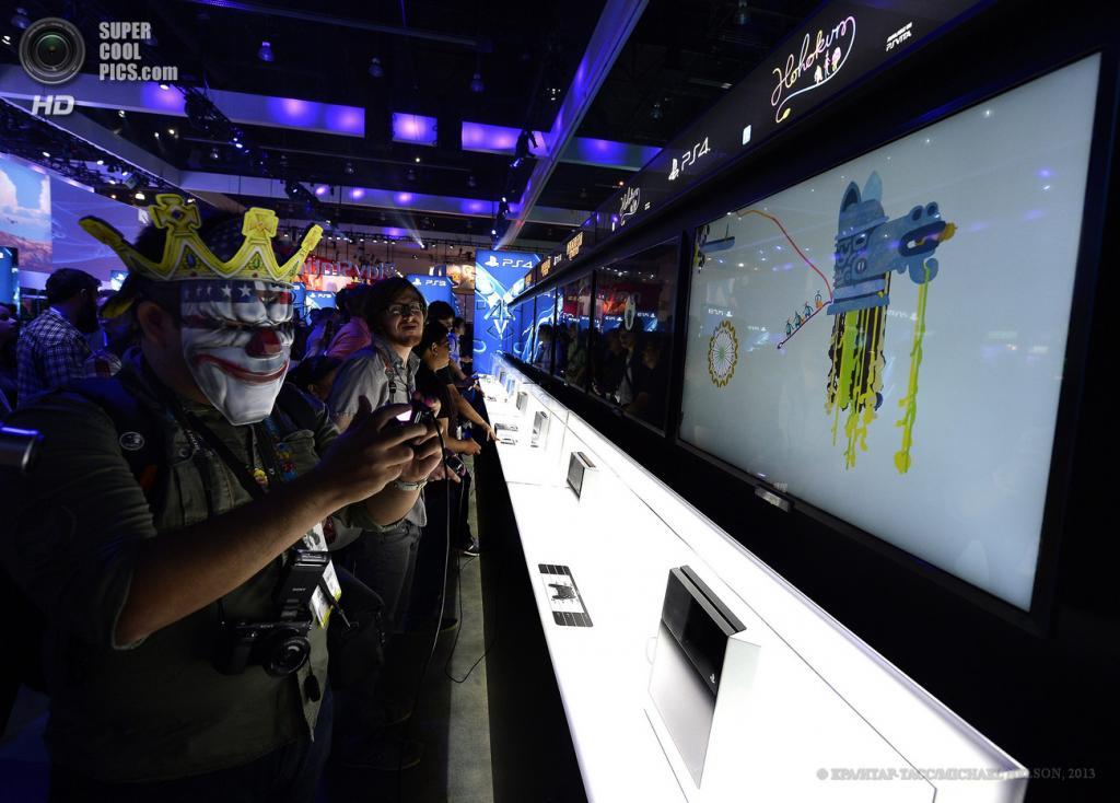 США. Лос-Анджелес, Калифорния. 11 июня. Посетители играют в игры у стенда Sony PlayStation 4 на выставке E3 2013. (EPA/ИТАР-ТАСС/MICHAEL NELSON)