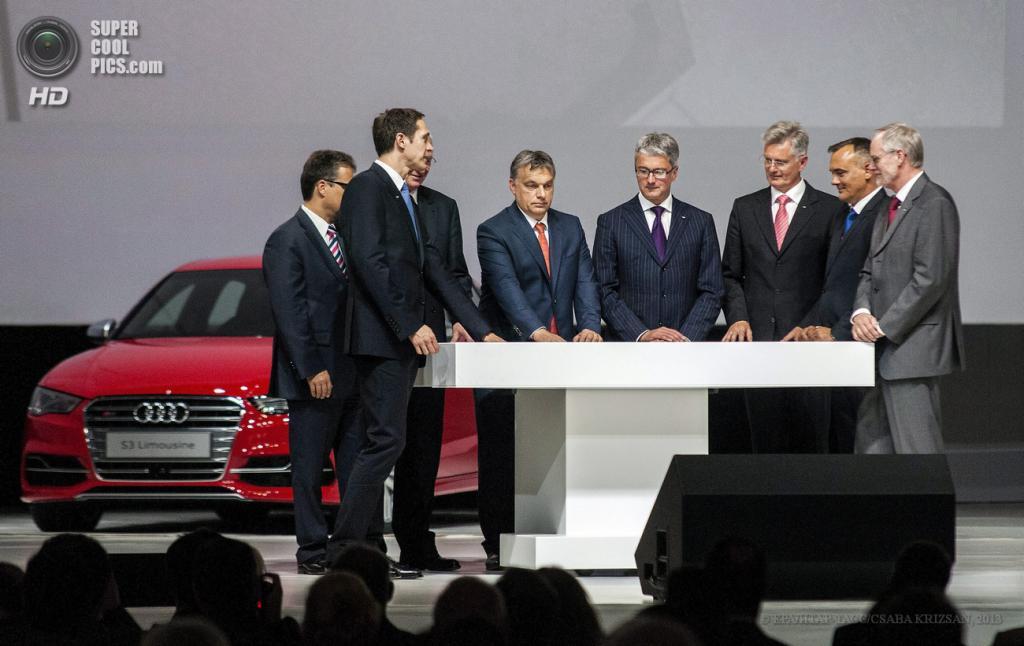 Венгрия. Дьёр. 12 июня. Председатель правления Audi AG Руперт Штадлер, премьер-министр Венгрии Виктор Орбан, председатель правления Volkswagen AG Мартин Винтеркорн, мэр Дьёра Жолт Боркаи и другие чиновники символически нажимают кнопку запуска производства Audi S3 Limousine. (EPA/ИТАР-ТАСС/CSABA KRIZSAN)