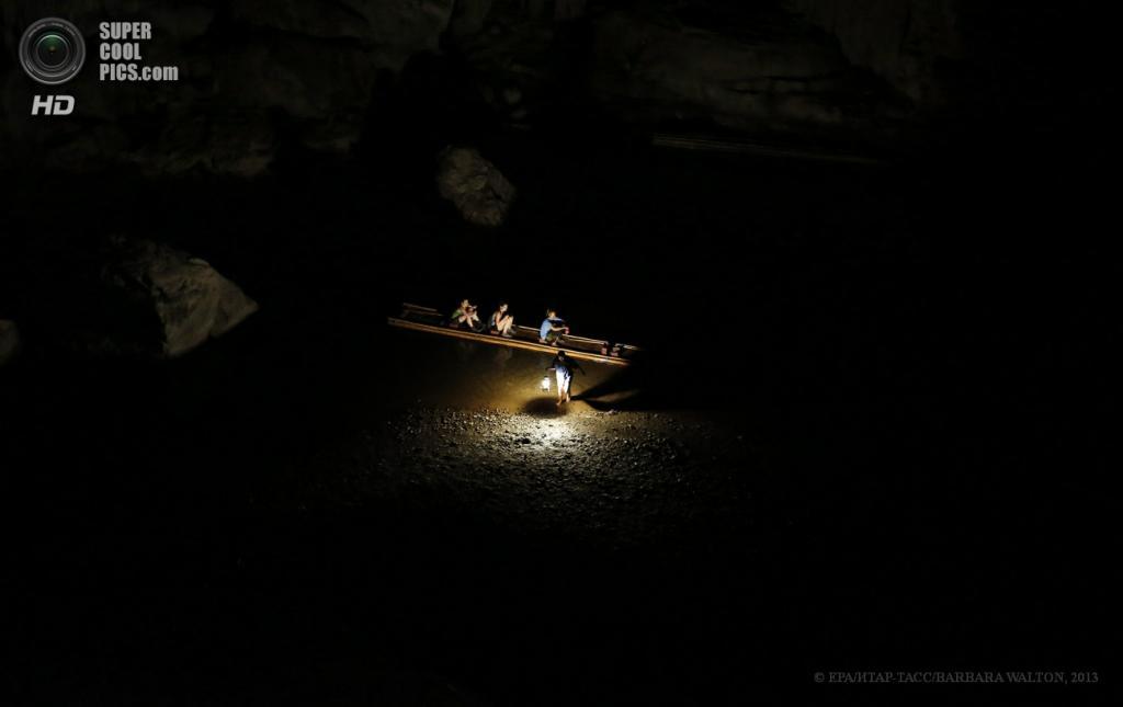Таиланд. Мэхонгсон. 15 мая. Туристы на бамбуковом плоту, окруженные темнотой пещеры Tham Lod. (EPA/ИТАР-ТАСС/BARBARA WALTON)