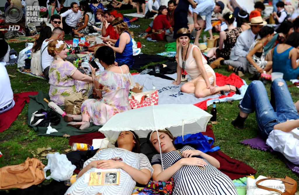 США. Нью-Йорк. 16 июня. Посетители отдыхают на лужайке во время ежегодного фестиваля «Пикник Эпохи Джаза» на Губернаторском острове. (EPA/ИТАР-ТАСС/JUSTIN LANE)