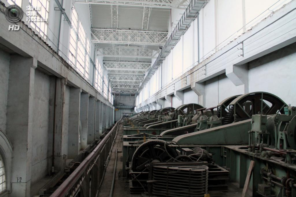 Приводы быстропадающих щитов в щитовом отделении Рыбинской ГЭС. (Сайга20К)