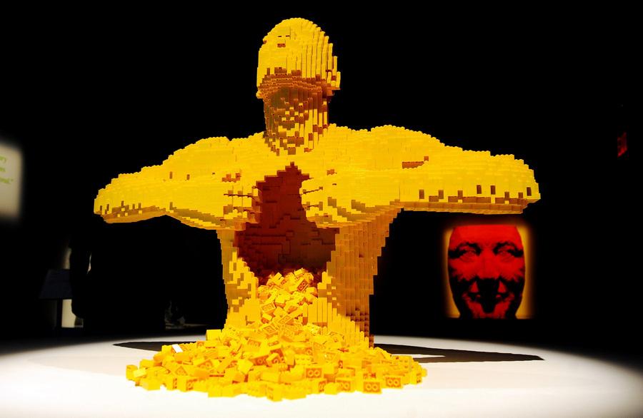 Âûñòàâêà ñêóëüïòóð  Íàòàíà Ñàâàéà èç äåòàëåé Lego ïðîõîäèò â Íüþ-Éîðêå