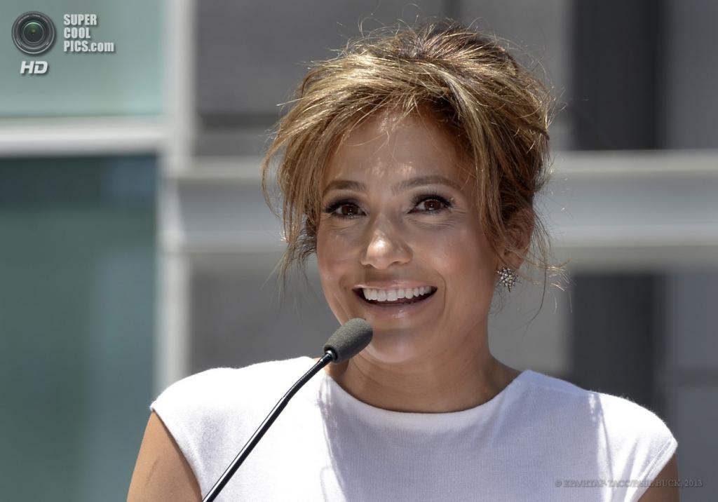 США. Голливуд, Лос-Анджелес, Калифорния. 20 июня.  Дженнифер Лопес во время церемонии открытия ее звезды на «Аллее славы». (EPA/ИТАР-ТАСС/PAUL BUCK)