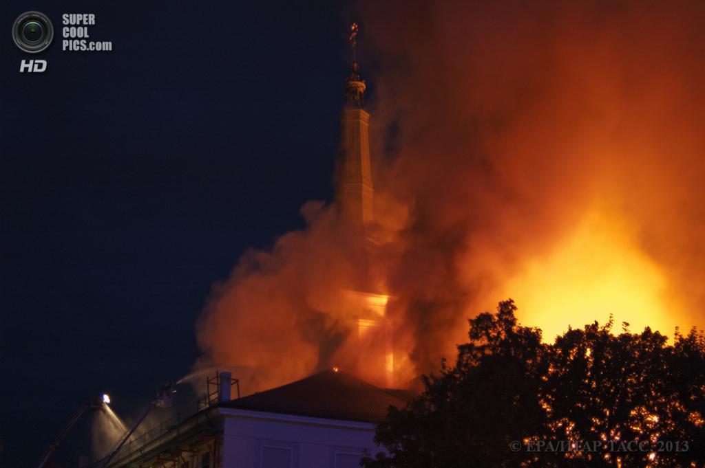 Латвия. Рига. 21 июня. Во время тушения пожара в Рижском замке. (EPA/ИТАР-ТАСС/ГПСС Республики Латвия)