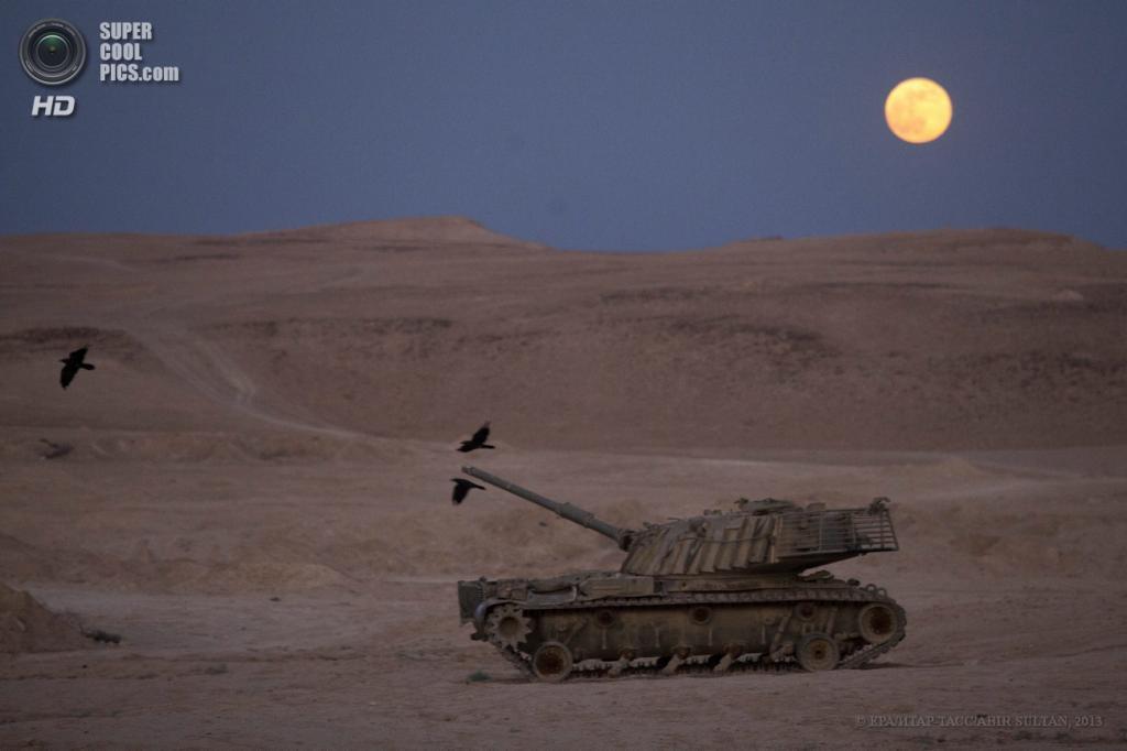 Израиль. Иудейская пустыня. 23 июня. Суперлуние над танком. (EPA/ИТАР-ТАСС/ABIR SULTAN)