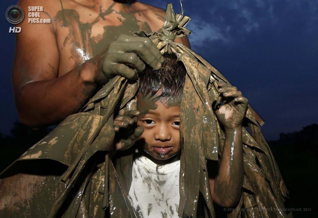 Филиппины. Алиага, Нуэва-Эсиха. 24 июня. Филиппинские католики покрывают друг друга грязью и одевают сухие листья в преддверии фестиваля Таонг-Путик («люди грязи»), который посвящен Иоанну Крестителю. (EPA/ИТАР-ТАСС/DENNIS M. SABANGAN)