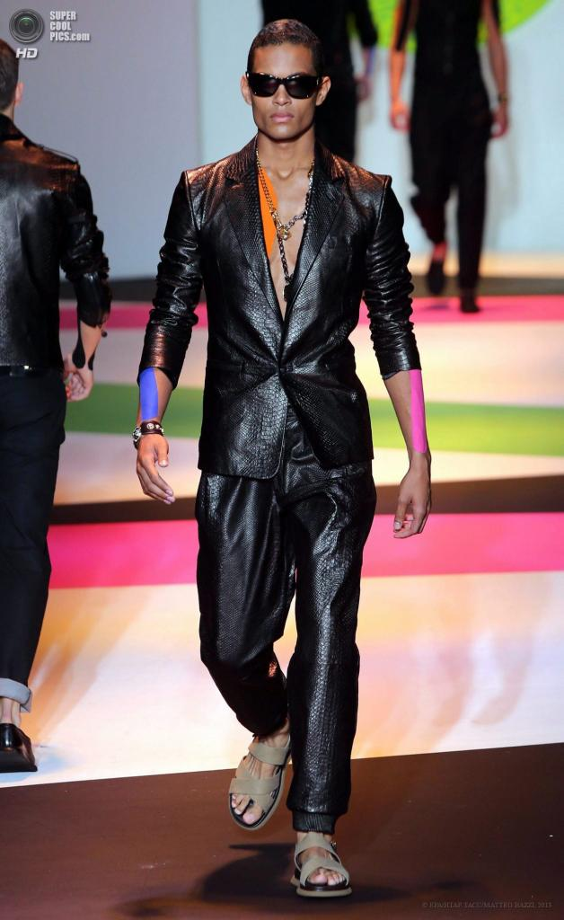 Италия. Милан. 22 июня. Во время показа коллекции весна-лето 2014 от дома мод Versace. (EPA/ИТАР-ТАСС/MATTEO BAZZI)