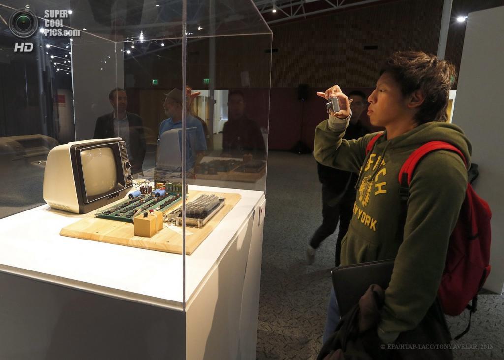 США. Маунтин-Вью, Калифорния. 24 июня. Посетитель музея фотографирует раритетный компьютер. (EPA/ИТАР-ТАСС/TONY AVELAR)