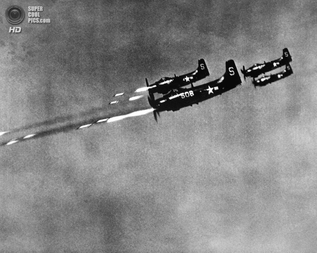 Корея. 24 октября 1950 года. Штурмовики Douglas A-1 Skyraider, взлетевшие с авианосца USS Valley Forge, атакуют позиции противника. (U.S. Army Korea)