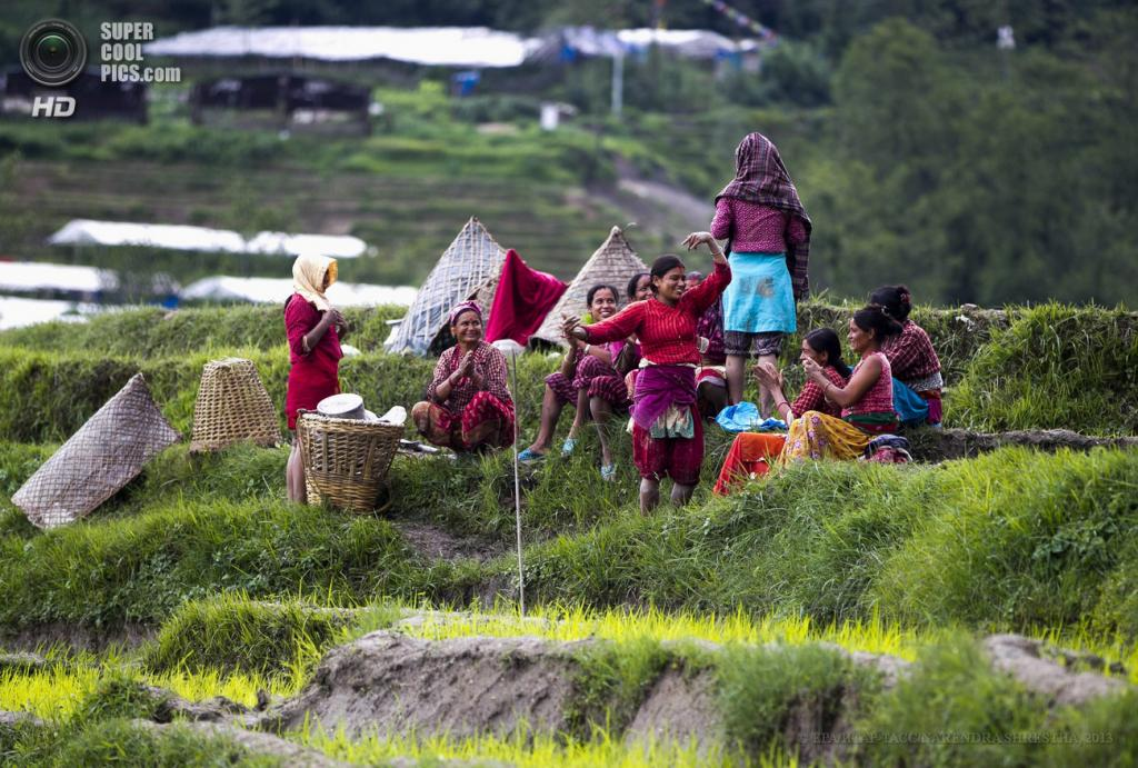Непал. Катманду. 26 июня. Женщины общаются перед началом работы. (EPA/ИТАР-ТАСС/NARENDRA SHRESTHA)