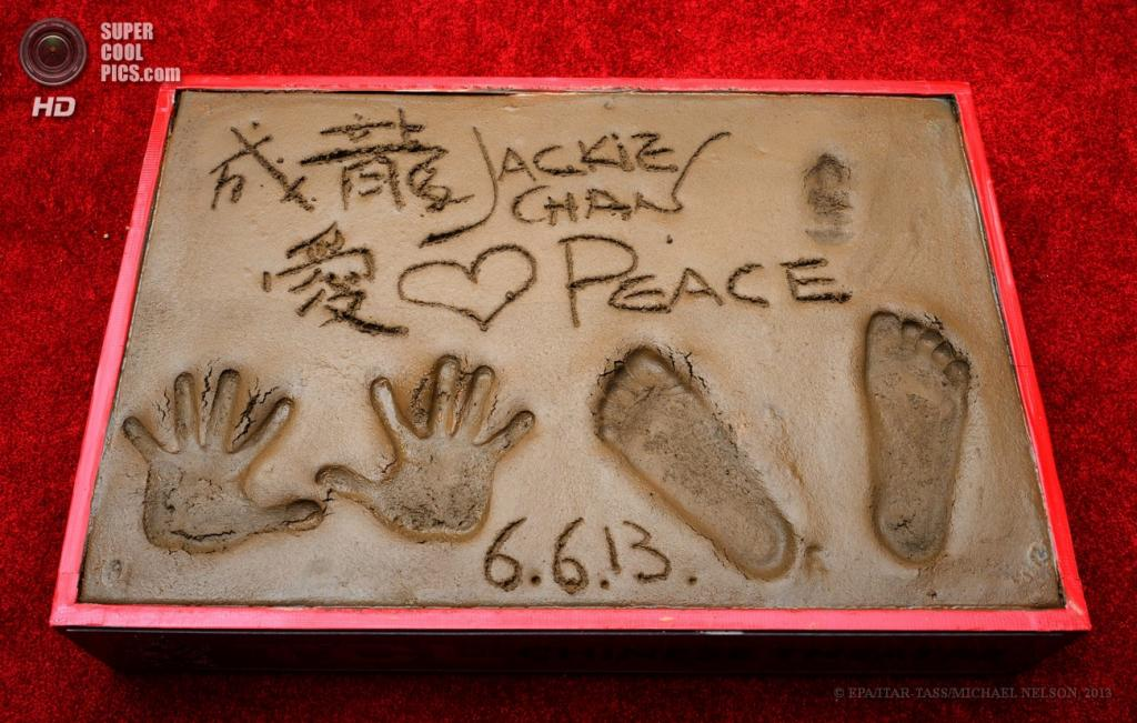 США. Голливуд, Лос-Анджелес, Калифорния. 6 июня. Отпечатки рук и ног Джеки Чана на цементе у Китайского театра Граумана. (EPA/ITAR-TASS/MICHAEL NELSON)
