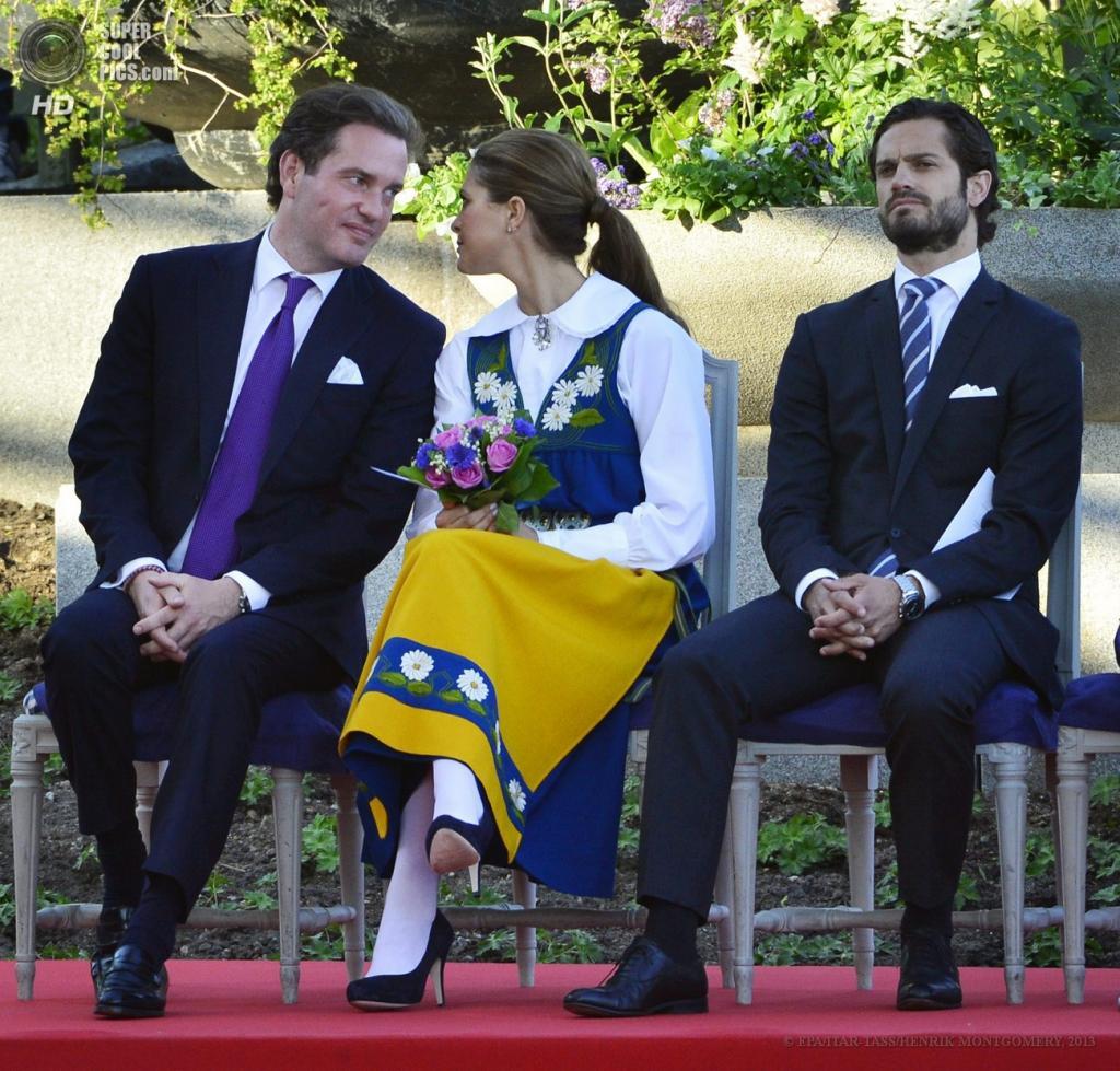 Швеция. Стокгольм. 6 июня. Принцесса Мадлен со своим возлюбленным Кристофером О'Ниллом и принцем Карлом Филиппом. (ИТАР-ТАСС/EPA/HENRIK MONTGOMERY)