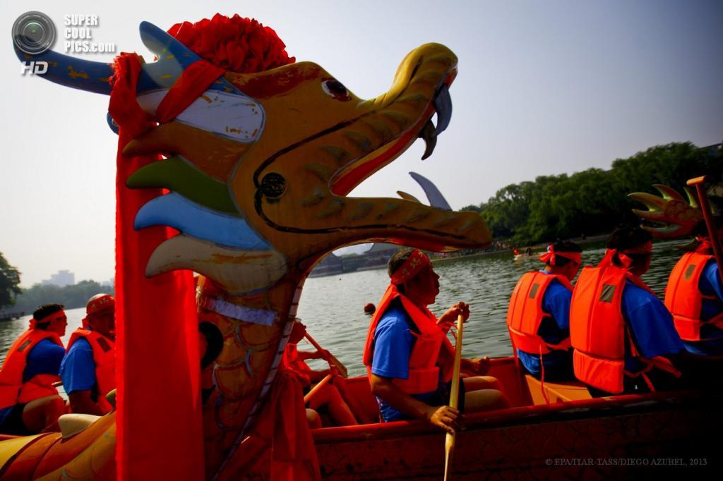 Китай. Пекин. 12 июня. Во время соревнования в гребле на лодках. (EPA/ITAR-TASS/DIEGO AZUBEL)