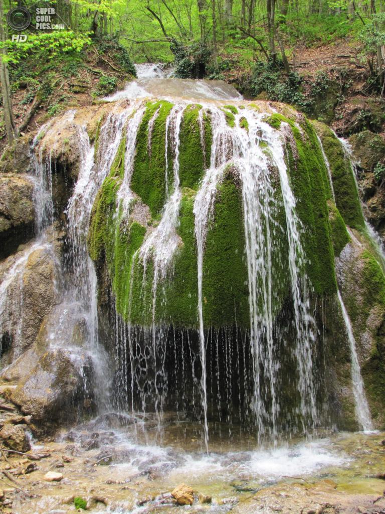 Водопад Серебряные струи. Расположен на реке Сары-Узень в ущелье Большой каньон — крупнейшем каньоне Украины. Большая шапка мха, покрывающая всю каменную глыбу, тончайшие струйки воды, стекающие с него, и спрятавшийся в темноте грот делают этот водопад очень живописным. (Морда Полосатая)