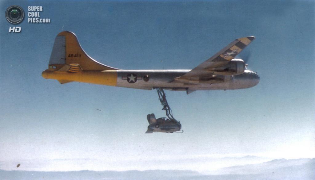 Стратегический бомбардировщик Boeing B-29 Superfortress с закрепленным «паразитом» McDonnell XF-85 Goblin. (U.S. Air Force)