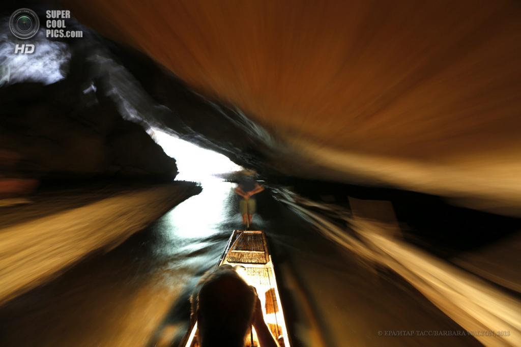 Таиланд. Мэхонгсон. 15 мая. Туристы на бамбуковом плоту в пещере Tham Lod. (EPA/ИТАР-ТАСС/BARBARA WALTON)