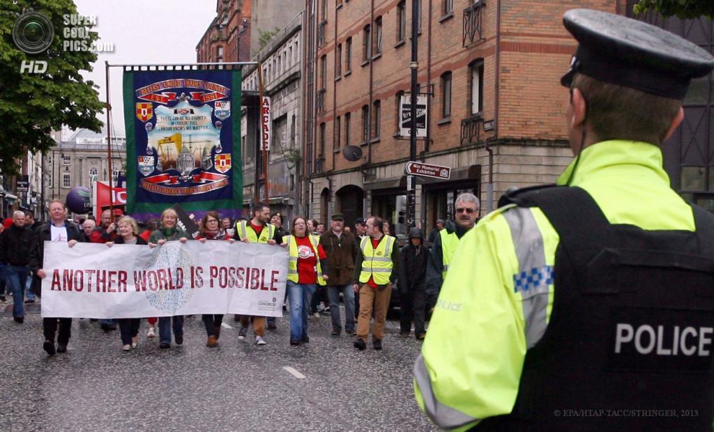 Великобритания. Белфаст, Северная Ирландия. 15 июня. Во время акции протеста профсоюзов против саммита «Большой восьмёрки». (EPA/ИТАР-ТАСС/STRINGER)