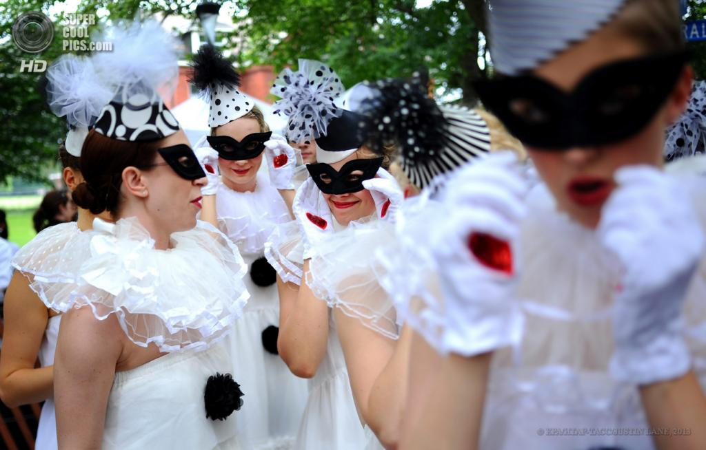 США. Нью-Йорк. 16 июня. Девушки готовятся исполнить танцевальный номер во время 8-го ежегодного фестиваля Jazz Age Lawn Party на Губернаторском острове. (EPA/ИТАР-ТАСС/JUSTIN LANE)