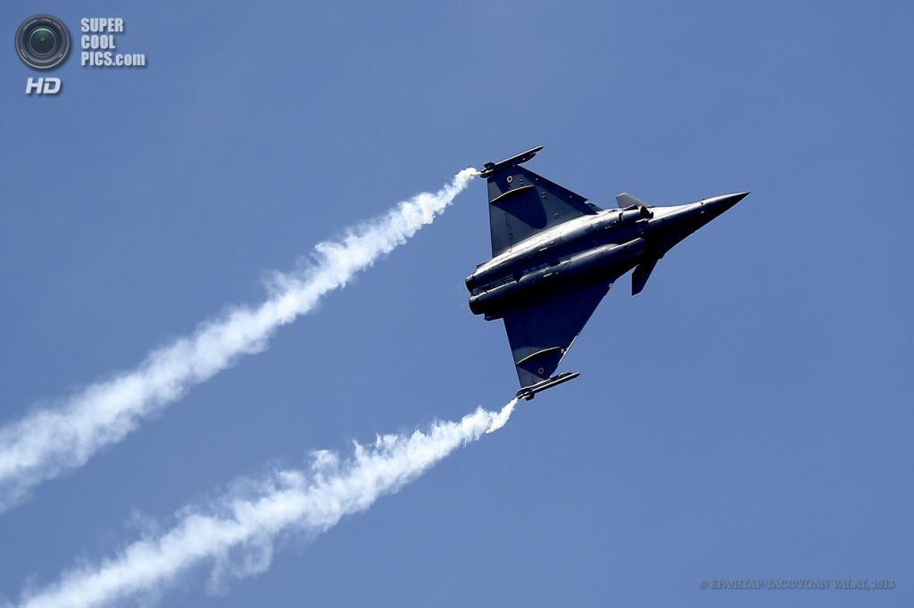 Франция. Ле-Бурже, Париж. 17 июня. Многоцелевой истребитель Dassault Rafale на 50-м Парижском авиасалоне. (EPA/ИТАР-ТАСС/YOAN VALAT)