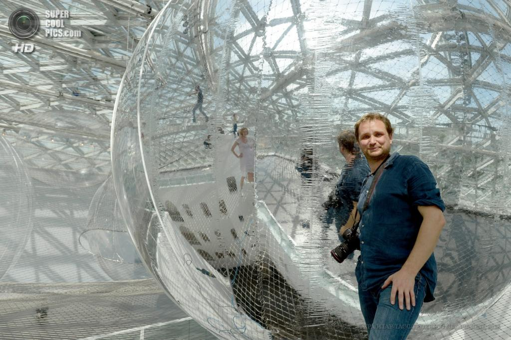 Германия. Дюссельдорф, Северный Рейн — Вестфалия. 18 июня. Аргентинский художник Томас Сарасено внутри своей инсталляции «На орбите» в музее «K21». (EPA/ИТАР-ТАСС/FEDERICOGAMBARINI)