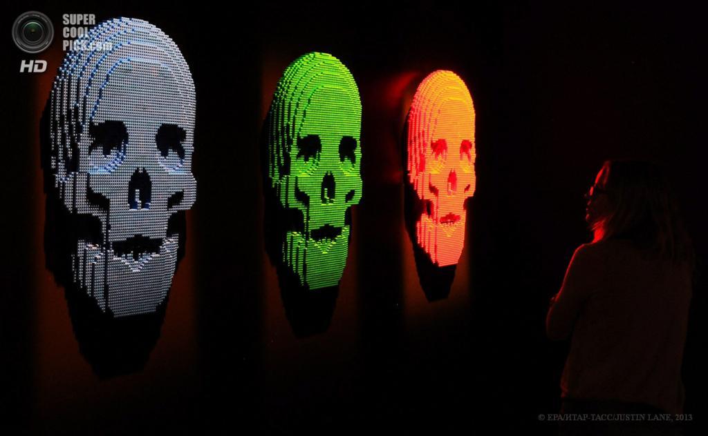 США. Нью-Йорк. Выставка скульптур Натана Савайа из деталей LEGO в выставочном центре Discovery Times Square. (EPA/ИТАР-ТАСС/JUSTIN LANE)