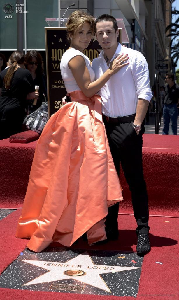 США. Голливуд, Лос-Анджелес, Калифорния. 20 июня. Дженнифер Лопес с возлюбленным Каспером Смартом во время церемонии открытия ее звезды на «Аллее славы». (EPA/ИТАР-ТАСС/PAUL BUCK)