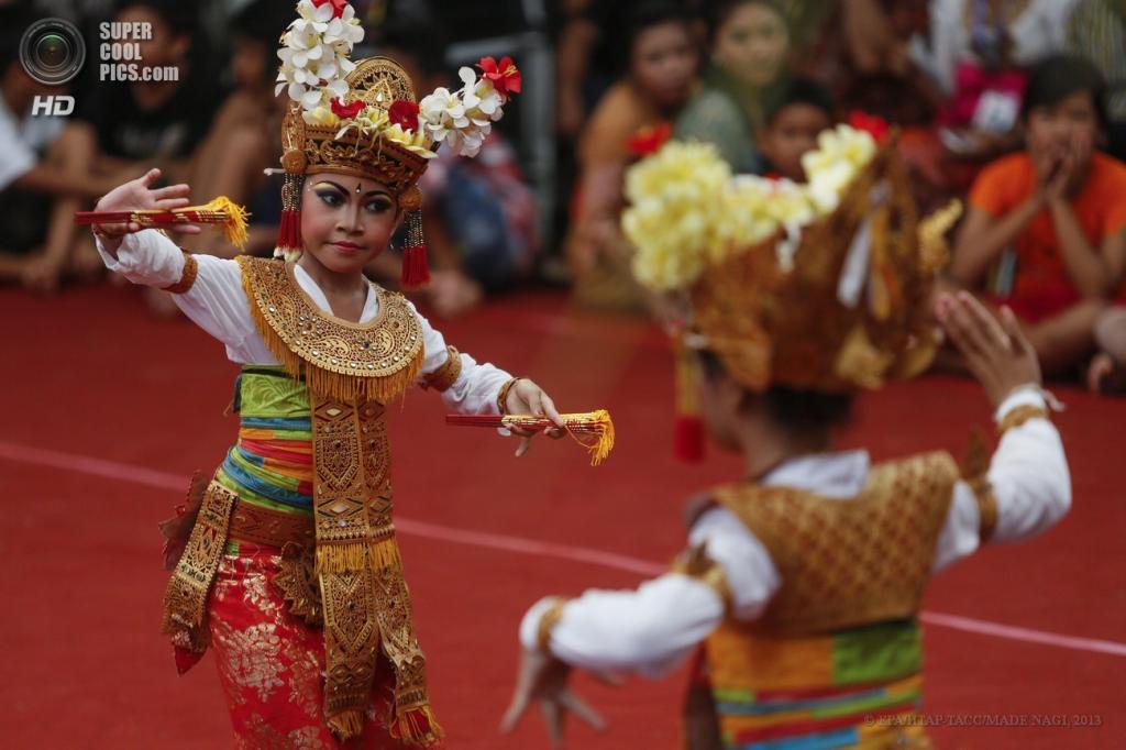 Индонезия. Денпасар, Бали. Выступление участников Bali Art Festival 2013. (EPA/ИТАР-ТАСС/MADE NAGI)