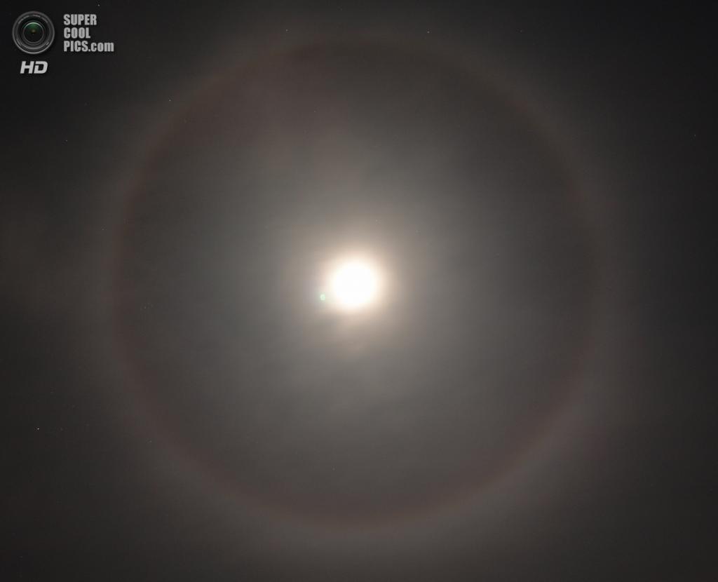 Лунное гало в Боулдере, Колорадо, США. (Hustvedt)