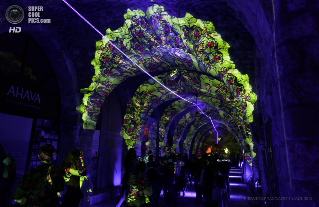 Израиль. Иерусалим. 5 июня. На фестивале света в Старом городе. (EPA/ИТАР-ТАСС/ATEF SAFADI)