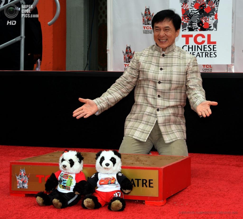 США. Голливуд, Лос-Анджелес, Калифорния. 6 июня. Джеки Чан позирует у своих отпечатков на цементе. (EPA/ITAR-TASS/MICHAEL NELSON)