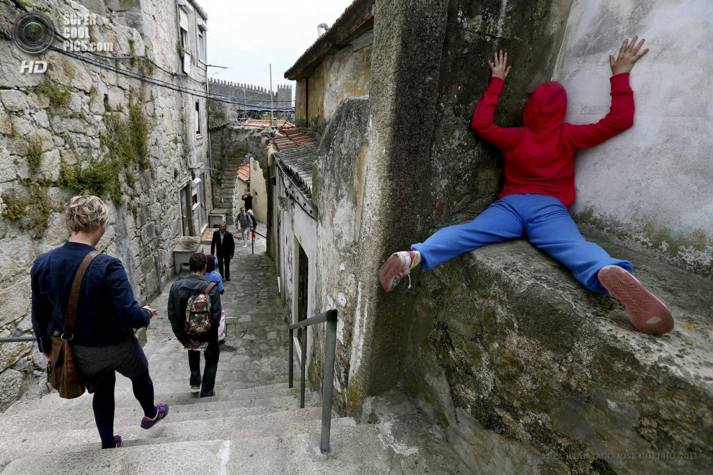 Португалия. Порту. 6 июня. Арт-проект «Bodies in Urban Spaces». (EPA/ИТАР-ТАСС/JOSE COELHO)