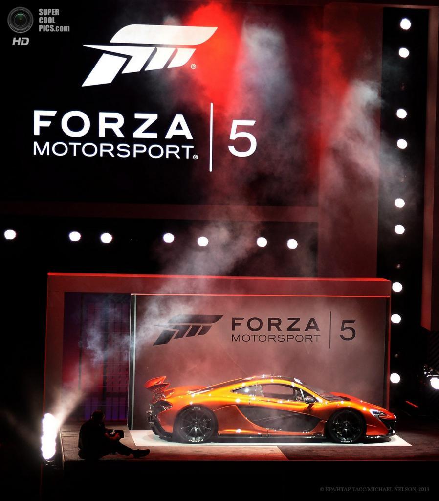 США. Лос-Анджелес, Калифорния. 10 июня. Суперкар McLaren P1 с электро-бензиновым гибридным двигателем на презентации игры «Forza Motorsport 5» на выставке E3 2013. (EPA/ИТАР-ТАСС/MICHAEL NELSON)