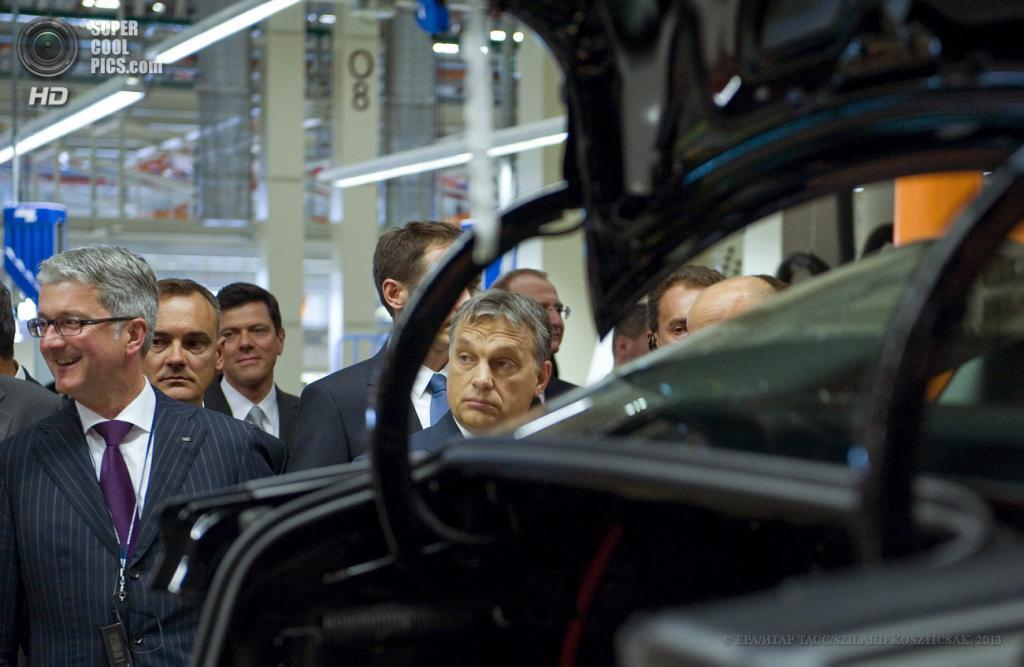 Венгрия. Дьёр. 12 июня. Председатель правления Audi AG Руперт Штадлер, премьер-министр Венгрии Виктор Орбан и другие чиновники осматривают новую производственную площадку Audi. (EPA/ИТАР-ТАСС/SZILARD KOSZTICSAK)