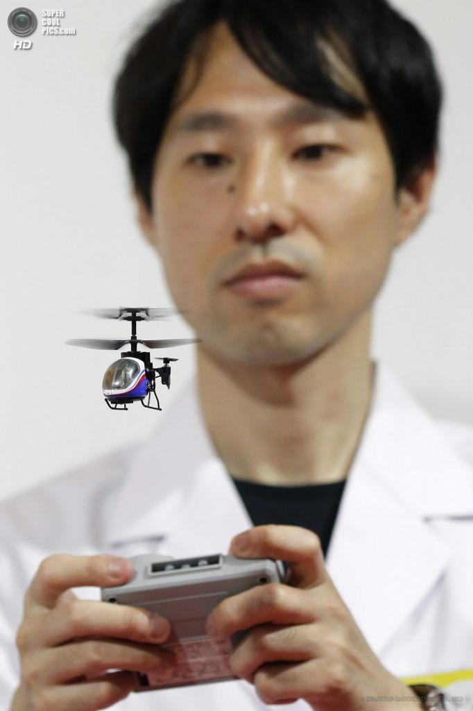 Япония. Токио. 13 июня. Миниатюрный вертолет на дистанционном управлении «Nano Falcon» от Silverlit Toys Manufactory на выставке Tokyo Toy Show 2013. (EPA/ИТАР-ТАСС/KIYOSHI OTA)