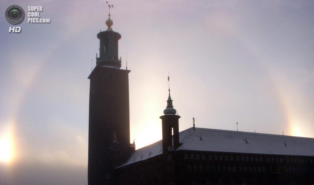 Швеция. Стокгольм. Гало вокруг Медной башни ратуши. Высота башни — 106 м, в строительстве было использовано 2,5 млн кирпичей, общий вес которых составляет свыше 24 тыс. тонн. На башню ведут 365 ступеней. (Holger.Ellgaard)