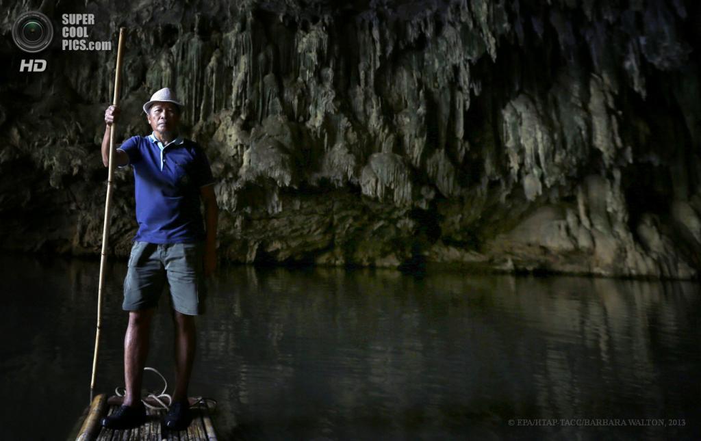 Таиланд. Мэхонгсон. 15 мая. Тайский «Харон» — лодочник пещеры Tham Lod. (EPA/ИТАР-ТАСС/BARBARA WALTON)