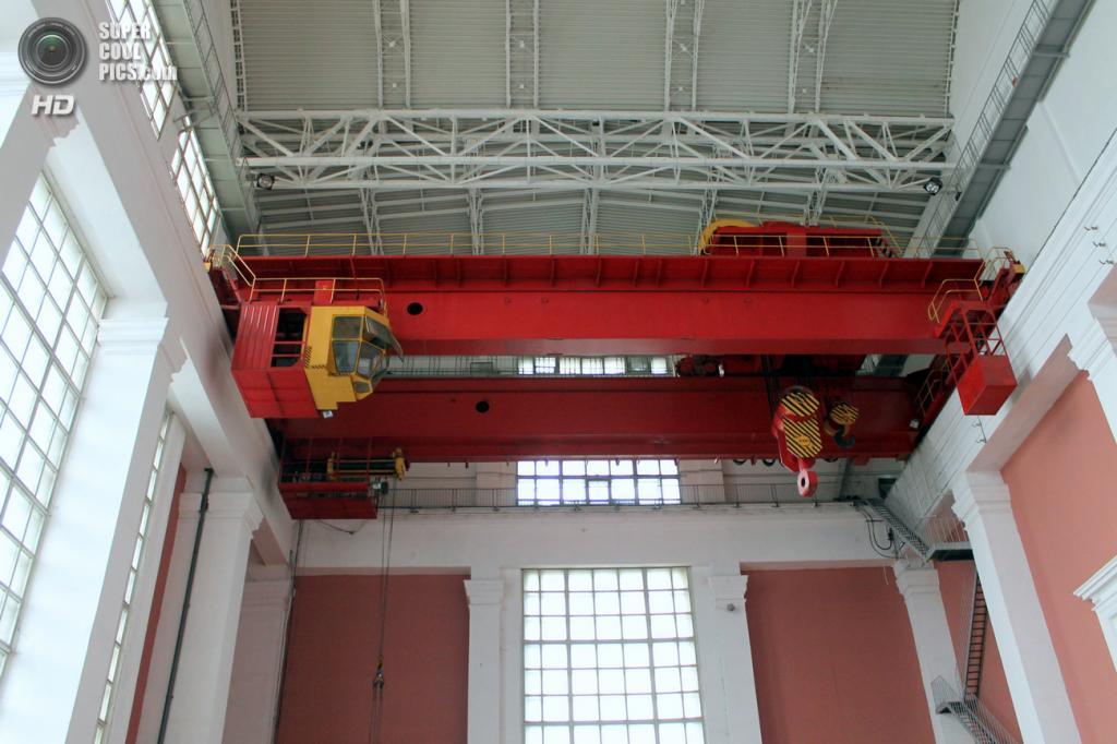 Мостовые краны машинного зала Рыбинской ГЭС. (Сайга20К)