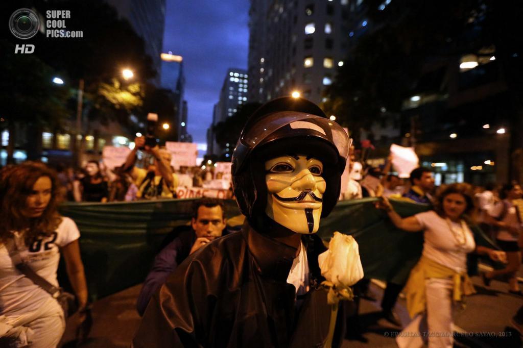 Бразилия. Рио-де-Жанейро. 17 июня. Во время акции протеста против повышения стоимости проезда в общественном транспорте. (EPA/ИТАР-ТАСС/MARCELO SAYAO)