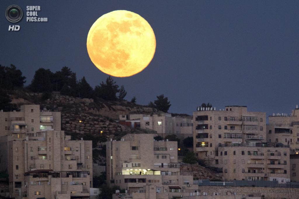 Израиль. Иерусалим. 23 июня. Суперлуние над кибуцем Харель. (EPA/ИТАР-ТАСС/JIM HOLLANDER)